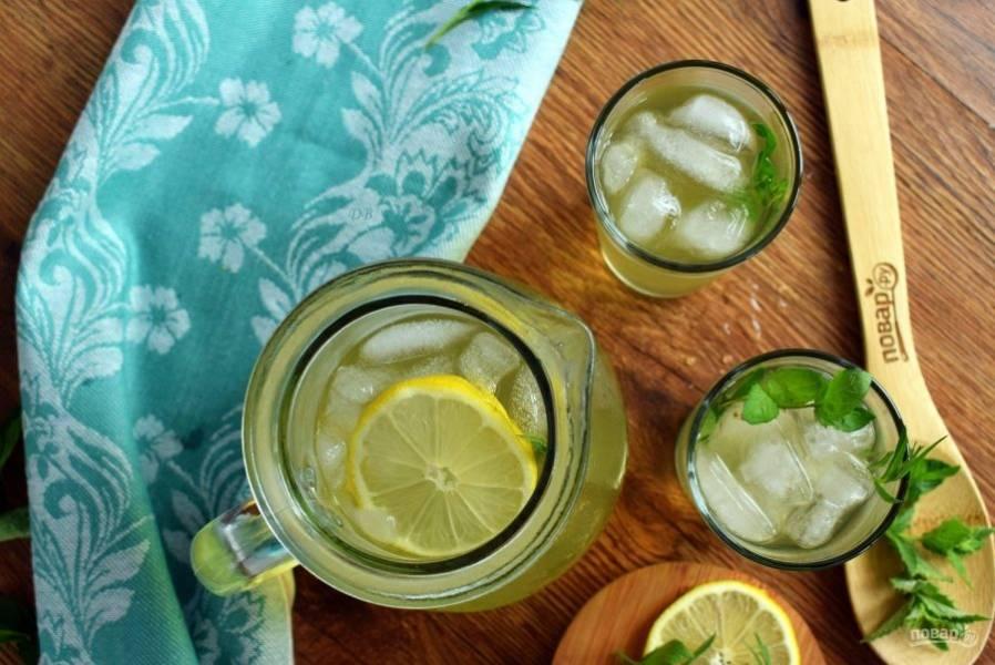 Добавьте лимонный сок, охладите в холодильнике. Добавьте лед. Приятного аппетита!