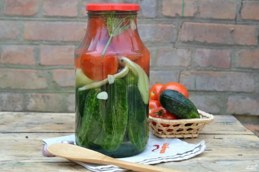 Залейте полученным маринадом овощи. Банку прикройте крышкой. Банки поставьте в кастрюлю с кипящей водой и стерилизуйте 20 минут. Затем плотно закройте крышкой и оставьте при комнатной температуре до полного остывания.