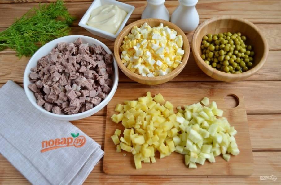 Порежьте кубиками говядину, яблоко, картофель, яйца.