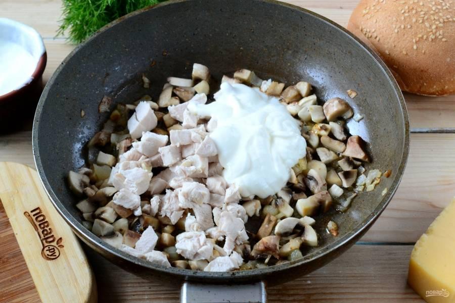 Отправьте курицу в сковороду к грибам, также добавьте пару столовых ложек сметаны. И, конечно, сейчас самое время посолить и поперчить по вкусу. Жарьте массу 5-7 минут.
