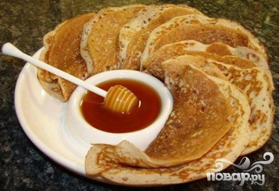 6.На тарелку складываем уже готовые блины. Можно каждый блин смазать маслом. Приятного аппетита.