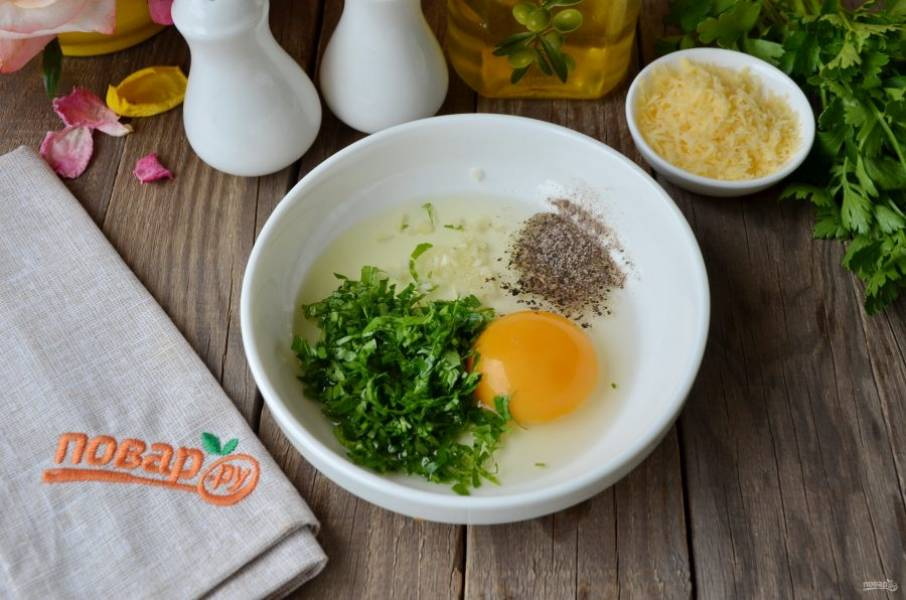 Готовим кляр для филе. Яйцо соедините с солью, перцем, рубленой петрушкой и зубчиком чеснока. Вилочкой взболтайте.