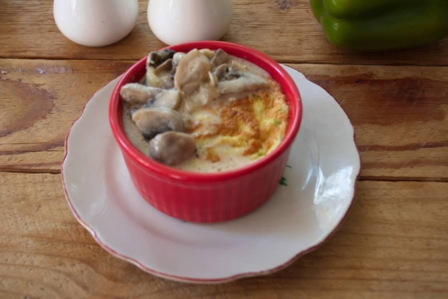 Готовое  суфле достаем из духовки. Ставим на блюдечко. Суфле опадает очень быстро. Полейте блюдо грибным соусом. Подавайте к столу сразу. Очень вкусно!