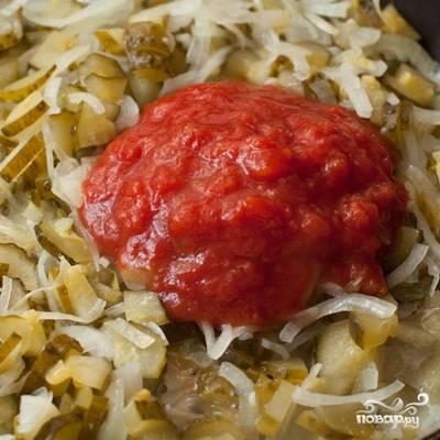 Тушим лук с огурцами примерно 15 минут, затем добавляем томатную пасту и тушим еще 10 минут на слабом огне.