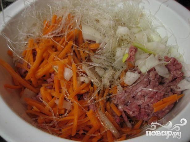 1.Порубите лук и креветки. Мелко нарежьте морковь. Поместите говяжий фарш, морковь, нарезанный лук, лапшу, и креветки в посудину и слегка перемешайте.