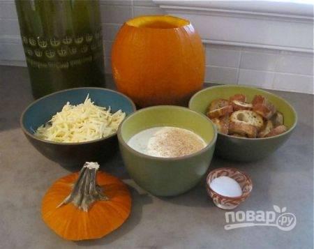 3. Багет нарежьте тонкими ломтиками и подсушите на сковороде или в духовке минут 5-7. Сыр натрите на терке. Сливки соедините с бульоном, добавьте для аромата мускатный орех, а также соль и перец по вкусу.