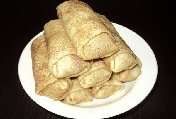 10. Перед подачей блинчики можно обжарить на сливочном масле. Дополнить этот простой рецепт блинчиков с куриной печенью можно сметаной или соусом.