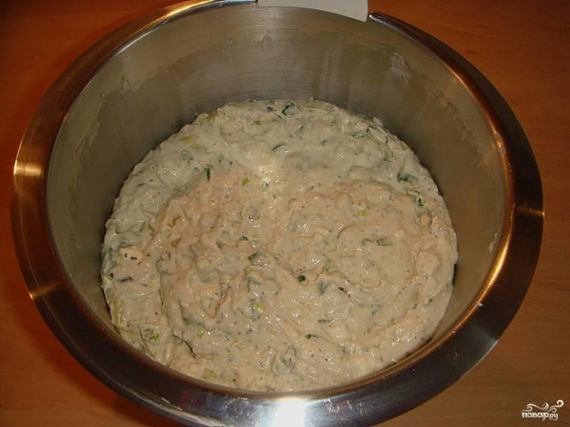 6.Выкладываем измельченное куриное филе в яичную смесь и тщательно перемешиваем все содержимое миски. Затем отправляем в холодильник на несколько часов.