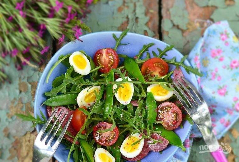 Салат с копченной колбасой