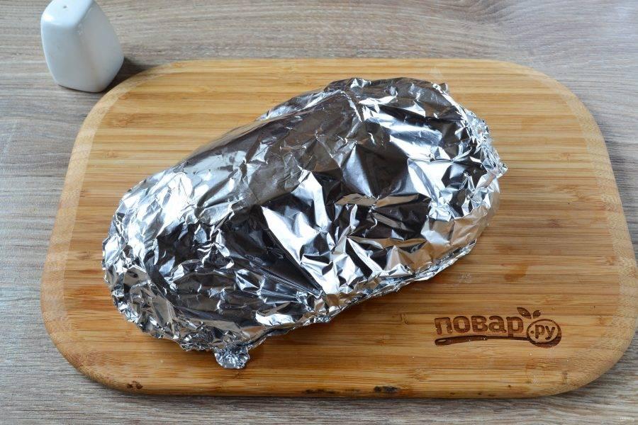 Оберните мясо фольгой и отправьте в духовку, разогретую до 180 градусов, на 1 час. Затем снимите фольгу и запекайте еще 15 минут, чтобы мясо покрылось золотистой корочкой.