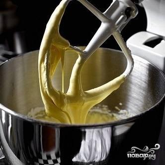 Перво-наперво берем яичные желтки и взбиваем их с сахаром и небольшим количеством сахарной пудры. Затем сюда же добавляем муку, масло и взбитые до плотной пены яичные белки. Взбиваем.
