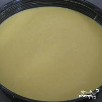 Тесто заливаем в форму для запекания. Ставим в духовку, разогретую до 190 градусов, и запекаем 40 минут.
