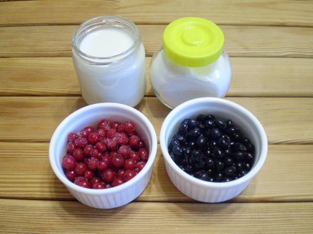1. Приготовим продукты. Ягоды в подготовке предварительной не нуждаются, они были вымыты перед закладкой в морозилку. Молоко понадобится комнатной температуры.