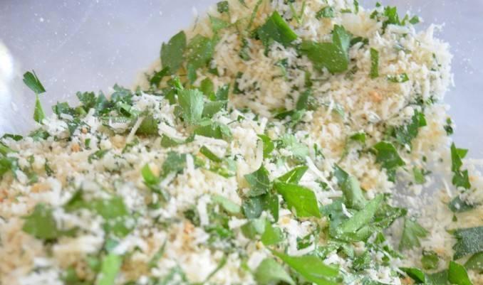 Шаг 3. Добавьте зелень (петрушку) и базилик - они придадут аромат нашим мясным шарикам. Добавьте немного сыра (пармезан/моцарелла/любой твердый сыр)