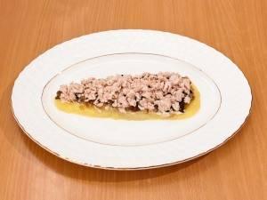 На грибы выложить филе. Немного посолить, смазать майонезом.