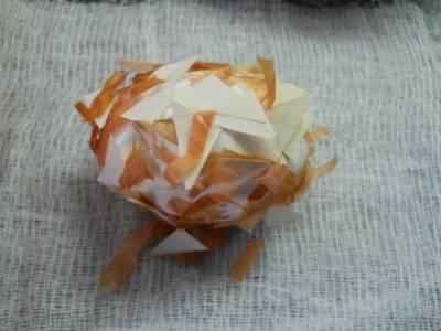 4. Предварительно яйцо нужно смочить холодной водой и окунуть его смесь из шелухи и бумаги.