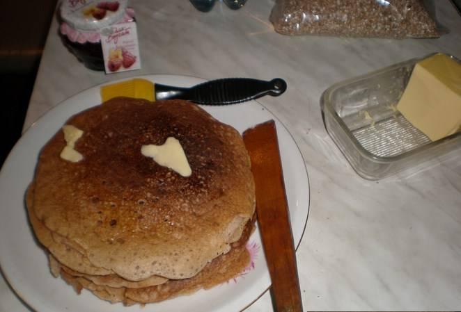 Получается довольно большая стопка диетических блинов из гречневой муки. Приятного аппетита!