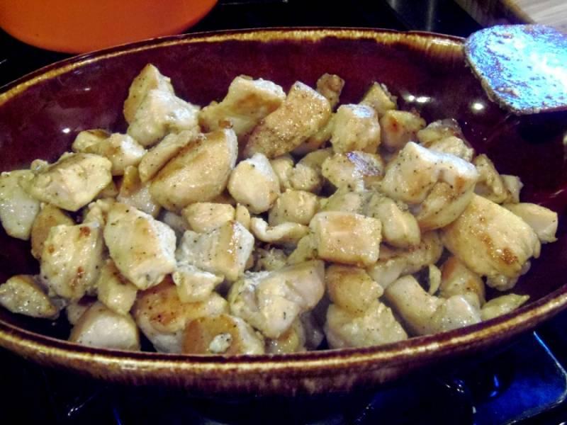 Режем курицу на небольшие кусочки и обжариваем на подсолнечном масле со всех сторон.