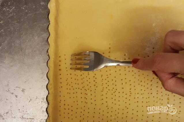 5. Наколите тесто вилкой.