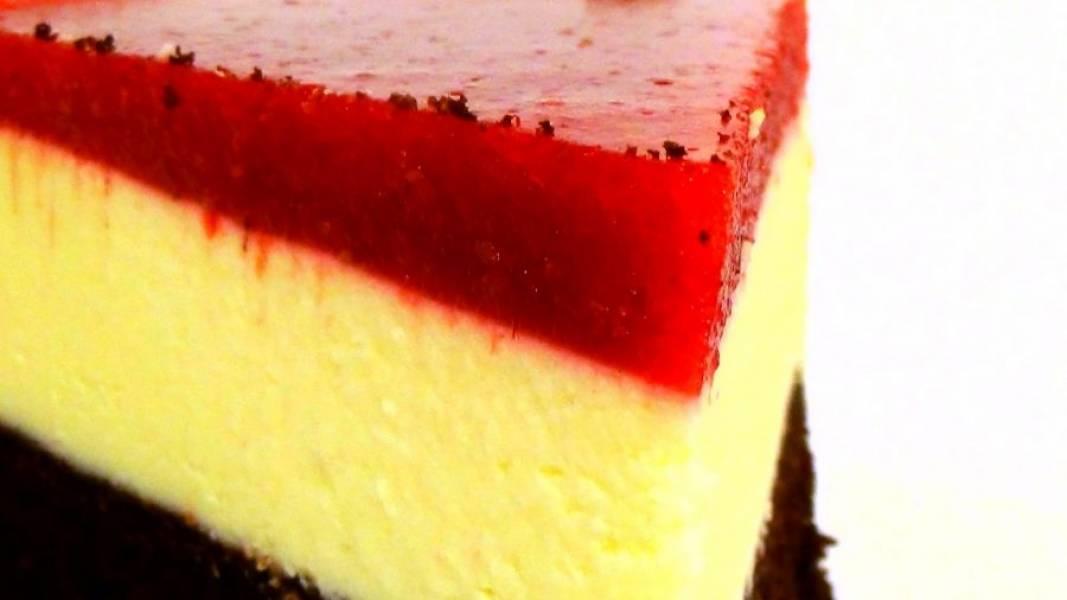 7. Поставьте в холодильник на три часа. Перед подачей аккуратно выньте сырник из формы. Приятного аппетита!