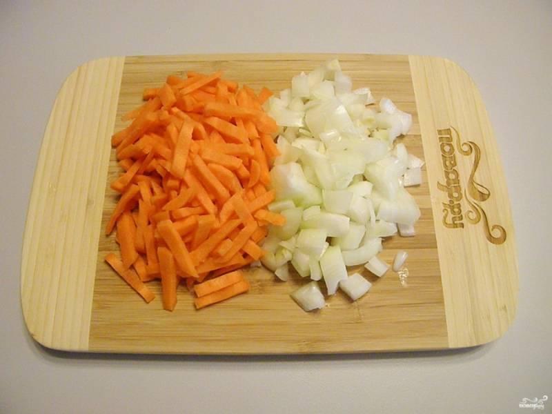 Лук и морковь порежьте не слишком крупно.