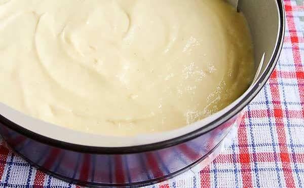 3. Выливаем нашу массу в форму для запекания и отправляем в разогретую до 200 градусов духовку на 25 минут.