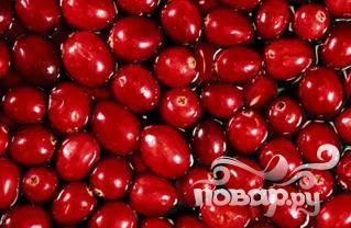 Ягоды, сахар и ванилин поместить в среднюю кастрюлю,добавить стакан воды и варить, постоянно помешивая, на среднем огне, пока ягоды не лопнут. Как правило, это занимает 5-6 минут.
