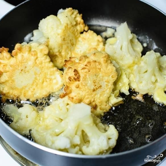 7. Обжарьте капусту в кляре на масле с двух сторон.