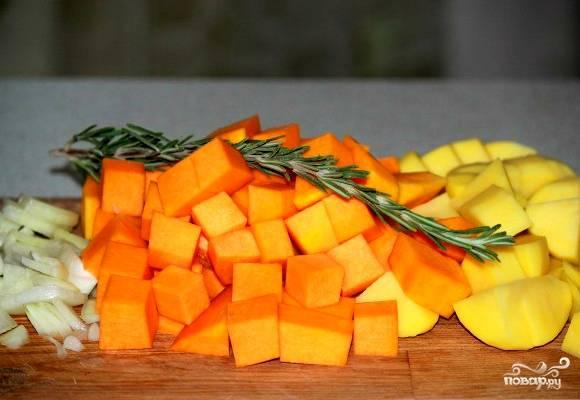 Теперь очищаем тыкву от кожуры. Можно использовать для этого картофелечистку. Также очищаем картофель от шкурки. С лука снимаем шелуху. Все овощи нарезаем кубиками. Из зелени у нас будет розмарин.
