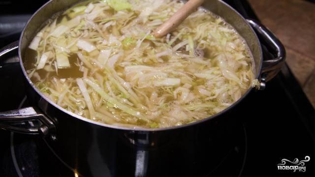 4. Добавьте к мясу капусту и картошку, варите 10 минут.