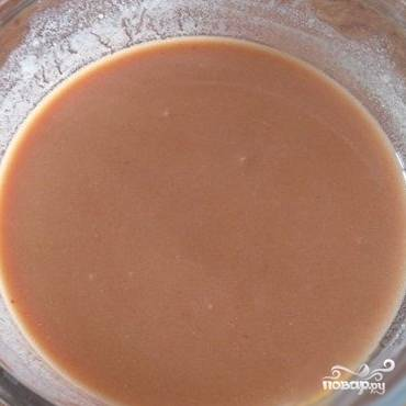Готовим соус: необходимо смешать воду с мукой, сметаной и томатной пастой.