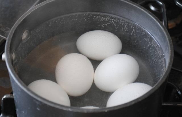 2. Для начала необходимо опустить в холодную воду яйца и сварить вкрутую. Главное, чтобы яйца не треснули и не повредилась скорлупа.