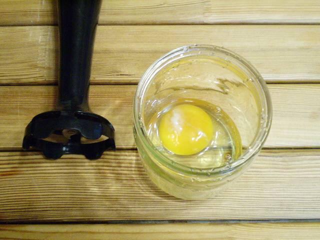 2. Берем узкую тару, например, банку или высокий стакан. Разбиваем яйцо.