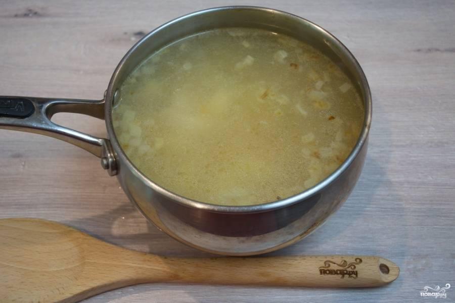 Когда картофель и мясо хорошо проварятся, добавьте в бульон тонкую длинную лапшу. Я люблю именно длинную. Если таковой нет, можно нарезать на равные отрезки спагетти. Добавьте зажарку. Доведите все до готовности. Посолите и поперчите суп по вкусу.