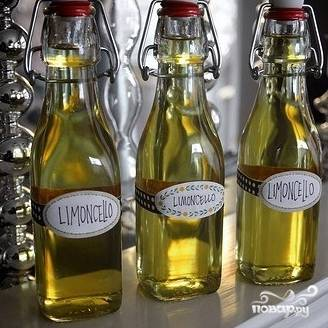 Разливаем по бутылочкам, закупориваем - все, домашний лимончелло готов. Хранить его в таком виде в холодильнике можно до 3 месяцев.