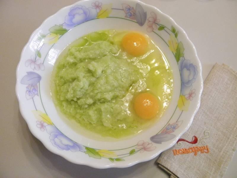 3. Возьмите глубокую удобную тару для смешивания продуктов для теста. Смешайте кабачки с солью, растительным маслом и яйцами.