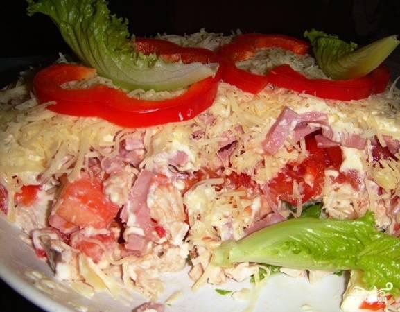 Салат из сыра курицы и помидоров и сыра