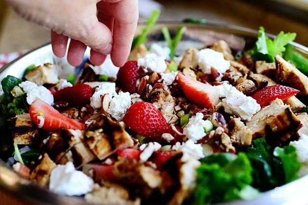 Смешайте все ингредиенты. У вас получился потрясающий салат с клубникой и курицей.