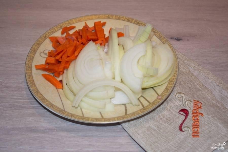 Для приготовления говядины кусочками с овощами нам необходимо подготовить овощи. Нарезаем репчатый лук полукольцами, а морковь соломкой.