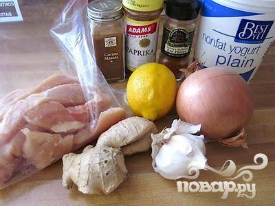 Обрежьте жир с курицы и нарежьте тонкими полосками. Положите куриные полоски в большой пакет или стеклянную посуду для того, чтобы залить потом маринадом.