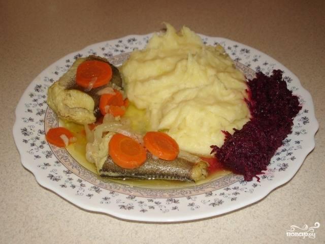 Хек, тушенный с овощами