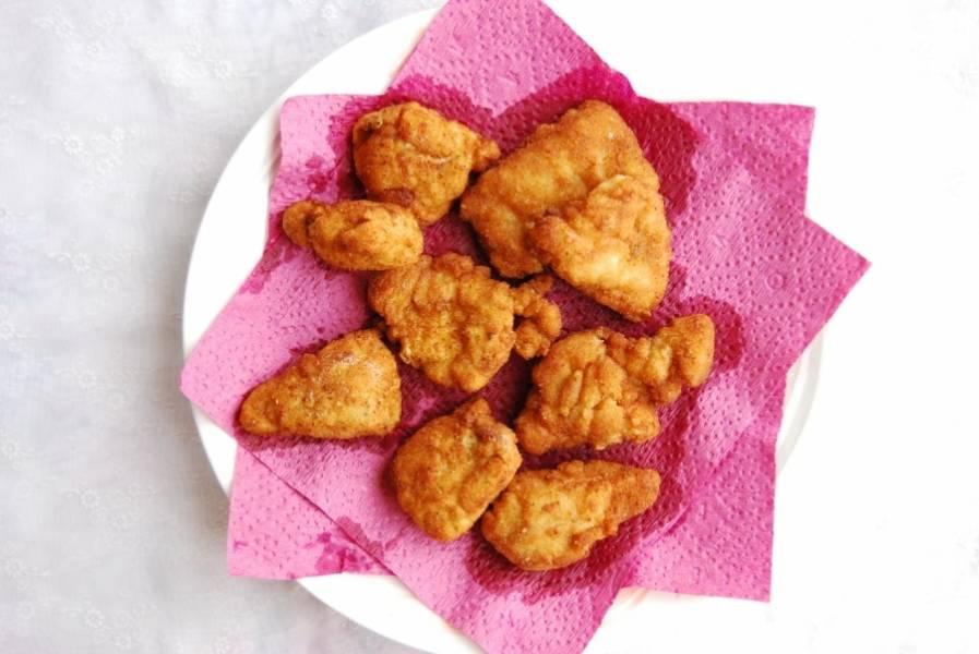 Когда наггетсы как в макдональдсе будут готовы, выложите их на салфетку. Так жир от масла стечёт. Подавайте наггетсы с вашим любимым соусом.