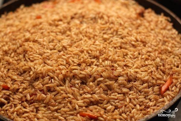 Когда вода выпарится, рис будет уже достаточно мягким.