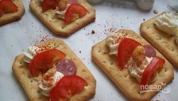 Закуска на крекерах с сыром и сосисками - пошаговый рецепт
