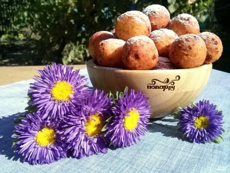 6.     Перед подачей посыпьте пончики из творога сахарной пудрой или полейте сиропом. Приятного аппетита!