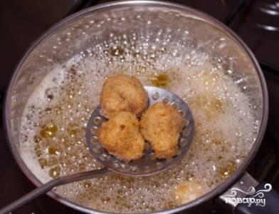 Опустите грибы в кипящее масло и обжарьте до золотистой корочки.