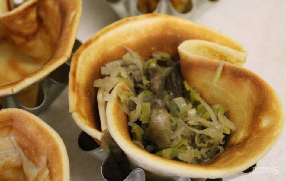 4. Каждый блин формируем в виде корзиночки и выкладываем в формочки для выпекания кексов. Выкладываем в каждую корзинку грибную начинку.