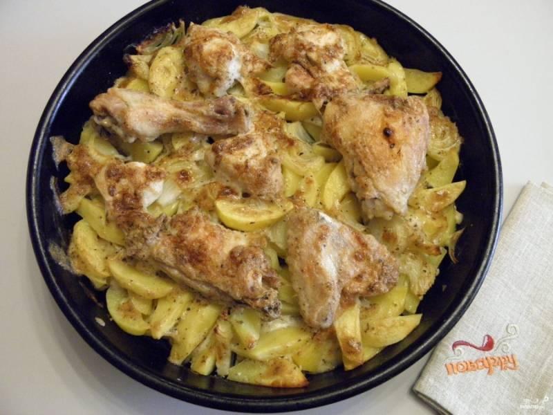 Картошка с курицей в духовке под соусом готова! Приятного!