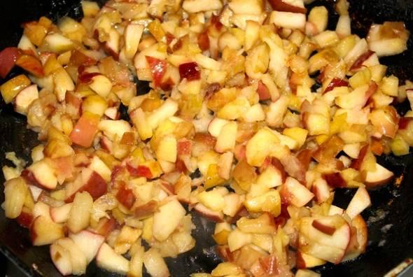Тесто отправляем в холодильник, а в это время тушим яблоки на сковороде с маслом.