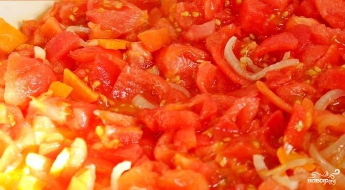 Шаг 3. Необходимо снять шкурку с помидоров. Для этого опустите помидоры в кипяток секунд на 30. Кожура теперь будет легко сниматься. После этого мелко нарежьте помидоры, добавьте их с луку с морковью на сковороду. Тушите всё вместе минут 15.